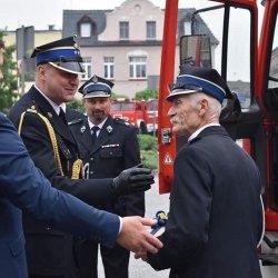 Starosta Kępiński oraz strażacy podczas przekazania pojazdów pożarniczych