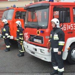 Strażacy przy uroczystym przekazaniu samochodów pożarniczym dla OSP z terenu gminy Rychtal