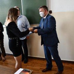 Naczelni Wydziału Edukacji i Sportu Andrzej Jóźwik wręcza