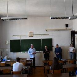 Naczelnik Wydziału Edukacji i Sportu Andrzej Jóźwik, Dyrektor Liceum Ogólnokształcącego Nr I Danuta Stefańska wręczają wyróżnienia najlepszym uczniom.