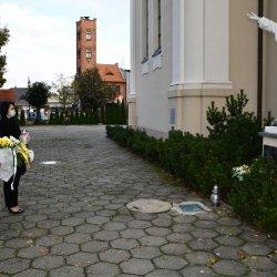 starosta Robert Kieruzal wspólnie z wicestarostą Alicją Śniegocką  złożyli kwiaty i znicz pod pomnikiem Jana Pawła II