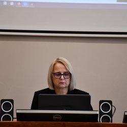 Przewodnicząca Rady Powiatu Kępińskiego Jolanta Jędrecka podczas zdalnej sesji Rady Powiatu Kępińskiego