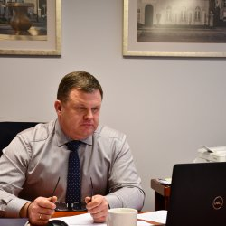 Starosta Kępiński podczas zdalnej sesji Rady Powiatu Kępińskiego