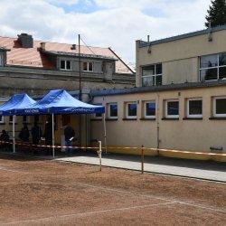 Budynek hali sportowej przy ul. Dąbrowskiego 4, wejście do punktu szczepień