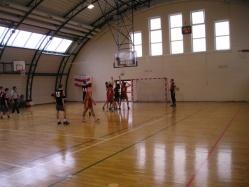Uczniowie grają na sali gimnastycznej