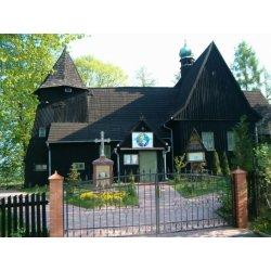 Zdjęcie kościoła przed bramą